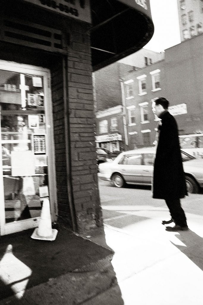 ARKIV 020401 - Man i överrock står i profil vid ett gathörn, New York,USAFoto: Michael Skoglund  Kod 75988COPYRIGHT PRESSENS BILD