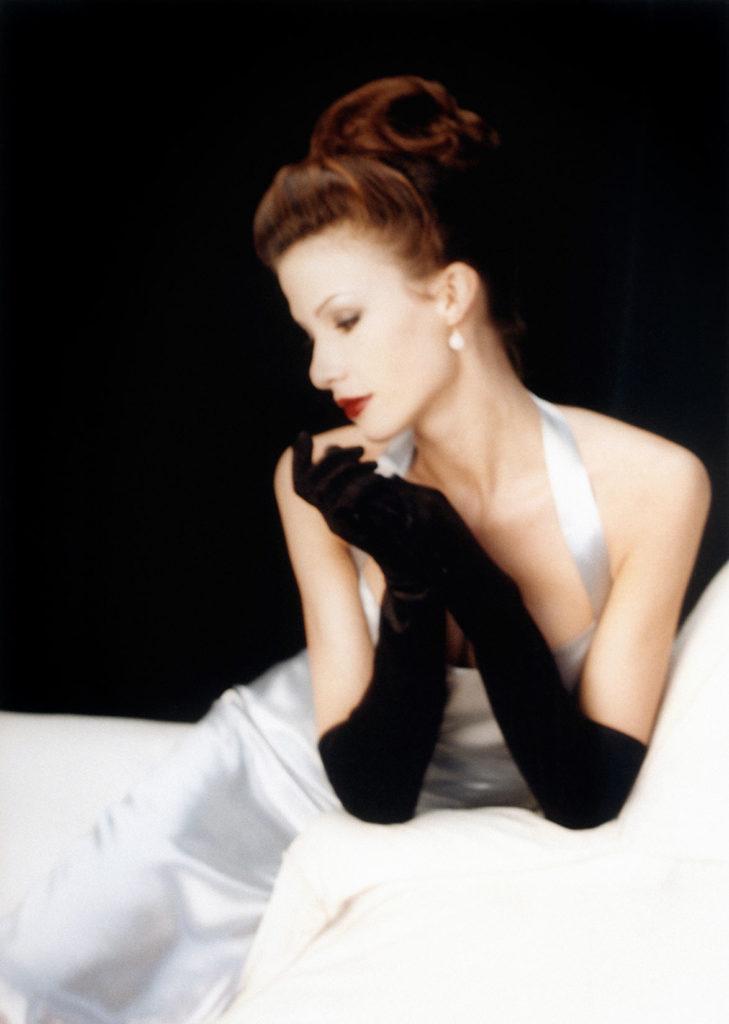 en kvinnlig modell i profil med långa sammetshandskar